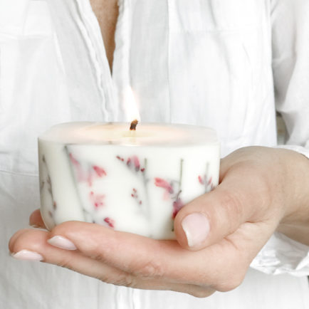 Naturalna świeczka Green Dragonfly z wosku sojowego i rzepakowego z zatopionymi suszonymi, różowymi kwiatami.