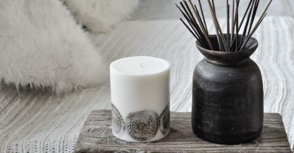 Biała świeca naturalna do medytacji z wzorem mandali ręcznie tworzonej z węzy pszczelej.