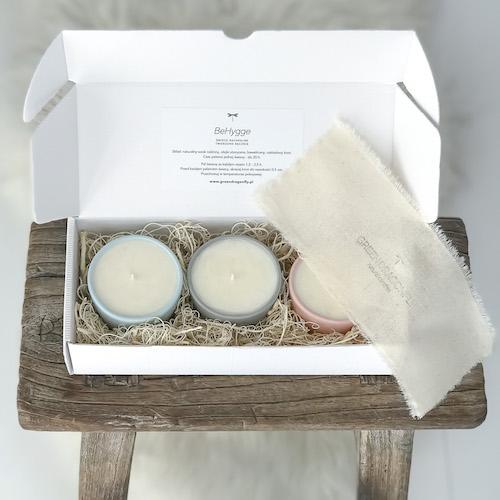 ekskluzywny zestaw 3 świec sojowych, w ręcznie tworzonych naczyniach z kamionki w pastelowych kolorach, w białym kartoniku