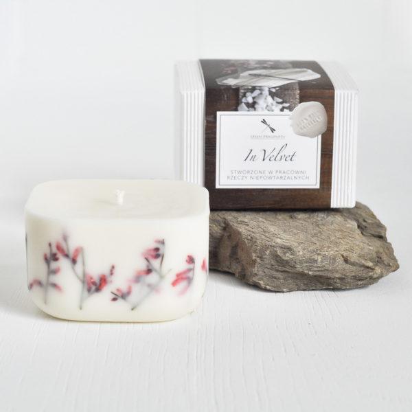 romantyczna świeca naturalna, z czerwonym żarnowcem, tworzona ręcznie, zapakowana w biały kartonik