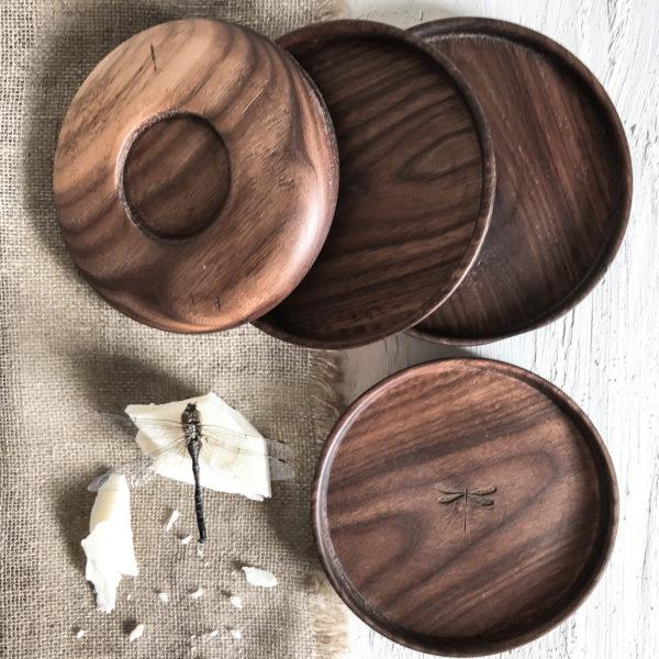ciemnobrązowa, ręcznie toczona podstawka pod świecę z drewna orzecha amerykańskiego