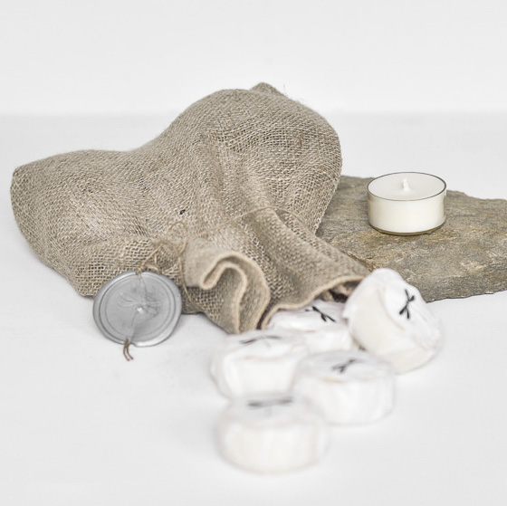 sojowe tealighty bezzapachowe w transparentnych miseczkach, pakowane w eleganckie bibułki i lniany woreczek