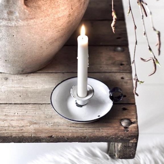 cienkie, ręcznie tworzone białe świece stołowe