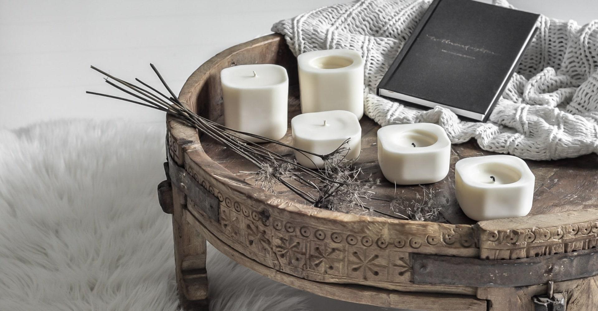 Białe, minimalistyczne i naturalne świece z wosku sojowego na oryginalnym drewnianym stoliku