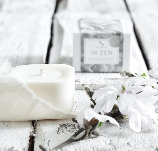 sześcienna, oryginalna, biała świeca wolnostojąca z wosków naturalnych, w eleganckim, białym kartoniku