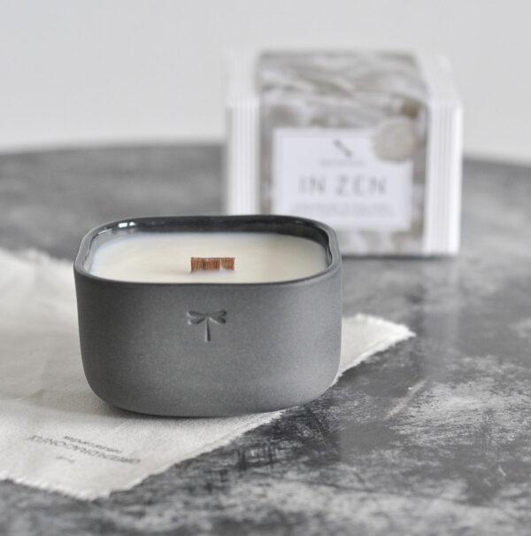 In ZEN Porcelain. Ręcznie tworzona świeca z drewnianym knotem w miseczce z grafitowej porcelany.