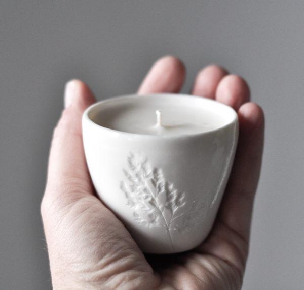 unikalna, ręcznie tworzona świeca z wosku sojowego, w miseczce z białej porcelany