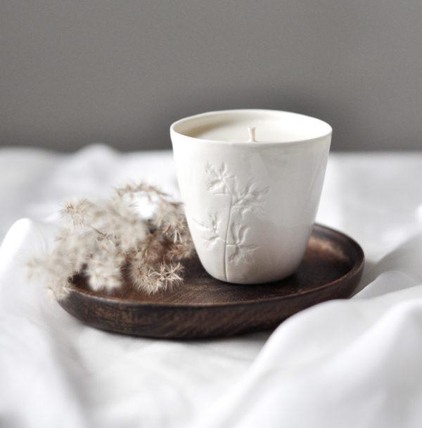 ekologiczna świeca z wosku sojowego, w ręcznie wykonanej miseczce z białej porcelany