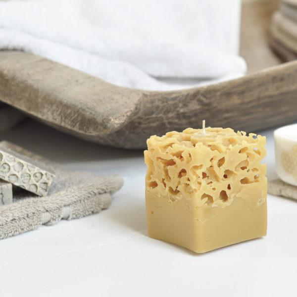 ręcznie tworzona, sześcienna świeca z wosku pszczelego o oryginalnym designie z ażurową strukturą