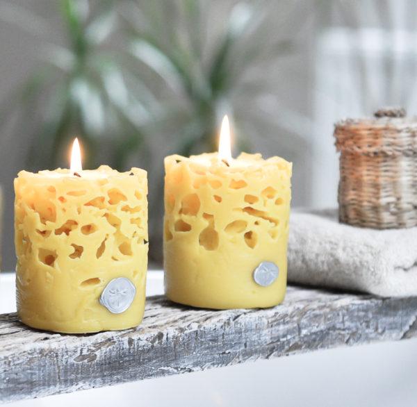 ręcznie tworzona, owalna świeca z wosku pszczelego o oryginalnym designie z ażurową strukturą