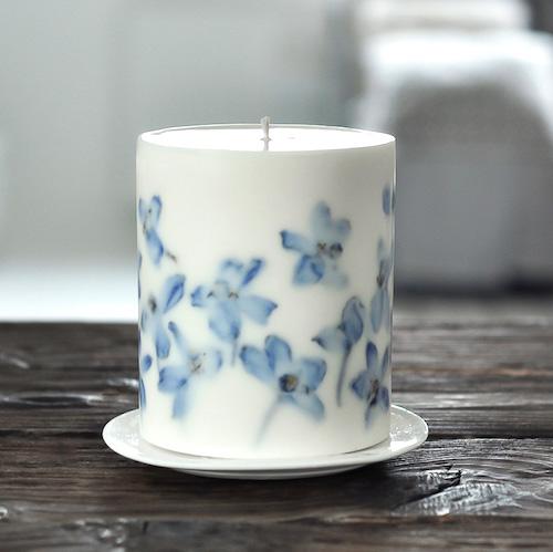 duża, ręcznie tworzona świeca sojowa z suszonymi roślinami