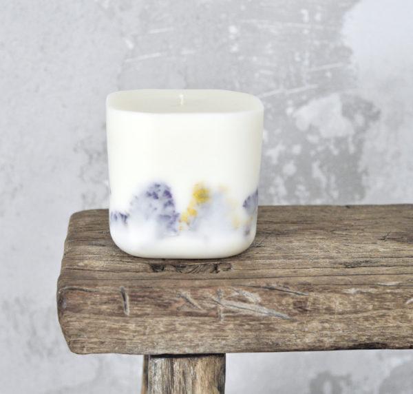 Pachnąca świeca naturalna z suszonymi roślinami - zatrwian