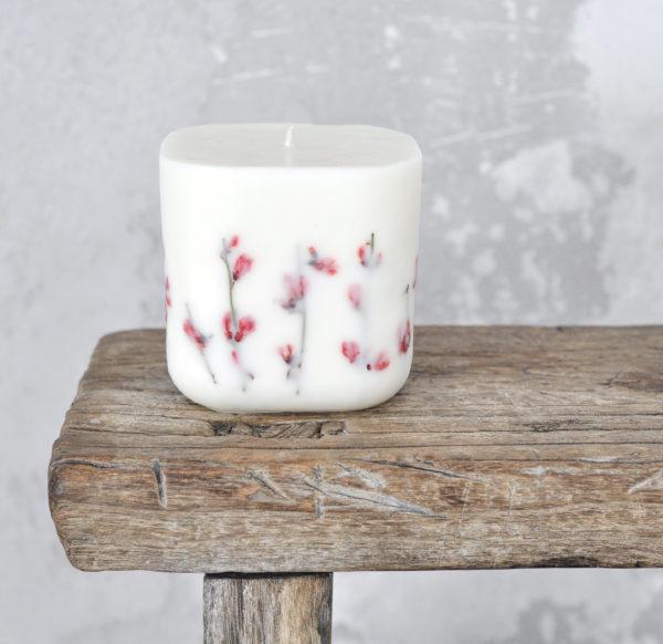 luksusowa świeczka sojowa w romantycznym stylu, z czerwonymi kwiatami i zapachem lawendy, paczuli i pomarańczy