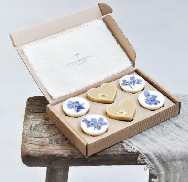 woski pachnące z niebieskimi kwiatami w eleganckim kartoniku