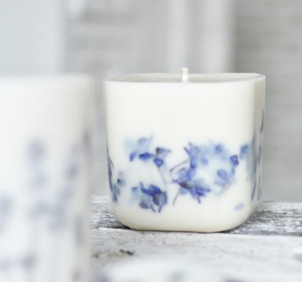 Świeca sojowa z suszonymi kwiatami ostróżki pachnąca olejkami eterycznymi