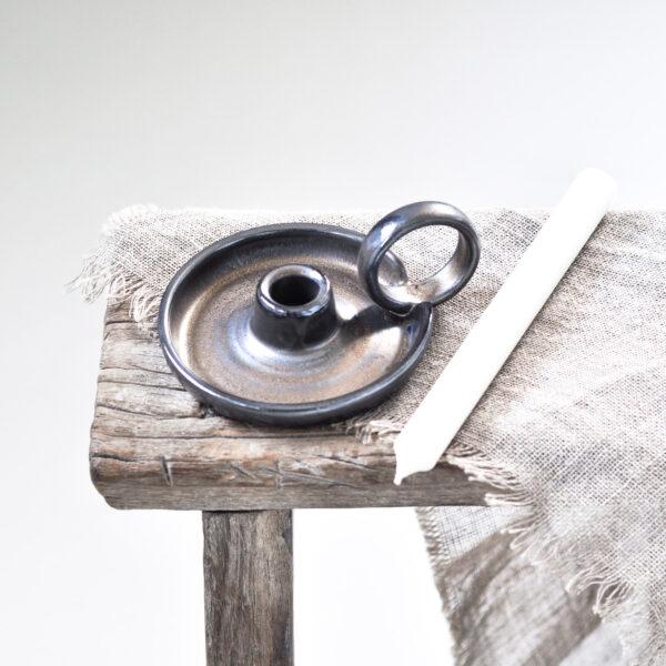ceramiczny, ręcznie tworzony kandelabr - czarna podstawka do świecy stołowej, z okrągłym uchwytem