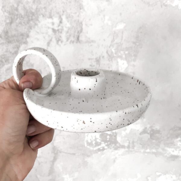 biała podstawka ceramiczna pod świecę z okrągłym uszkiem