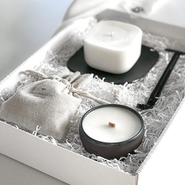 ekskluzywny zestaw świec sojowych, tworzonych ręcznie, z ceramiką i nożycami do obcinania knota